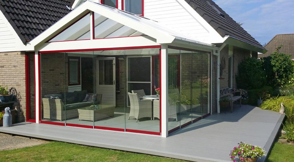tuinkamer van hout met glazen schuifwand