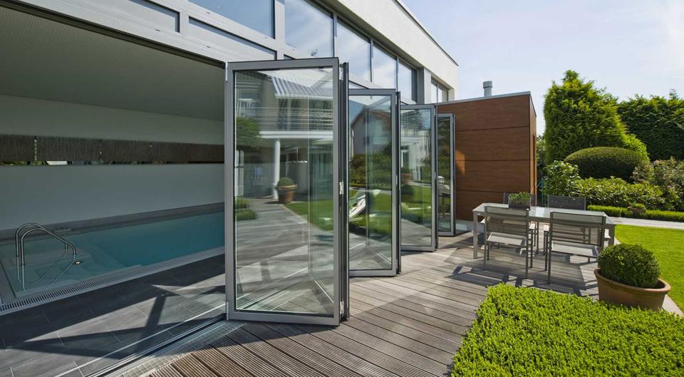 Solarlux vouwwand voor zwembad, houten terras