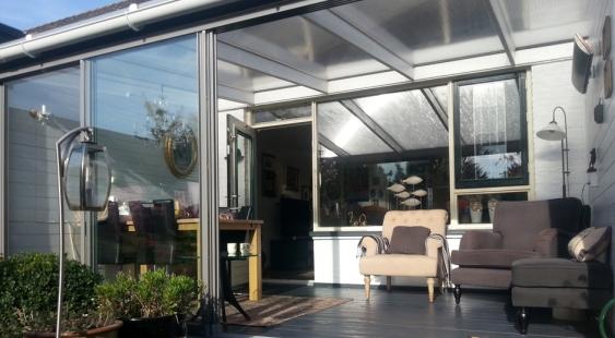tuinkamer met kunststof dak en glazen schuifwand